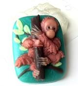 Орангутанг на дереве форма пластиковая